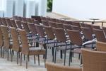 Маси и столове от светъл ратан,придаващи стил и комфорт